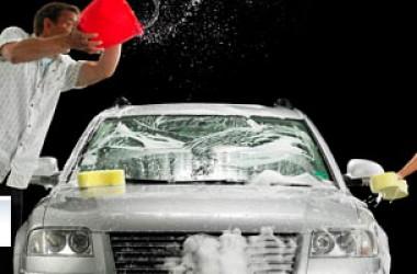 Lavare l'auto: fai da te o autolavaggio?