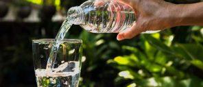 Acqua in bottiglia: più del 90% contiene plastica